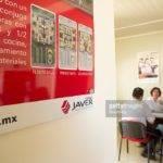 Sales Representative Speaks Potential Home Buyers Servicios
